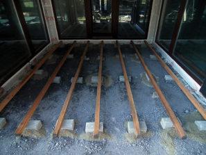 Terasová podkonštrukcia na podklade z lámaného kameňa na kockách